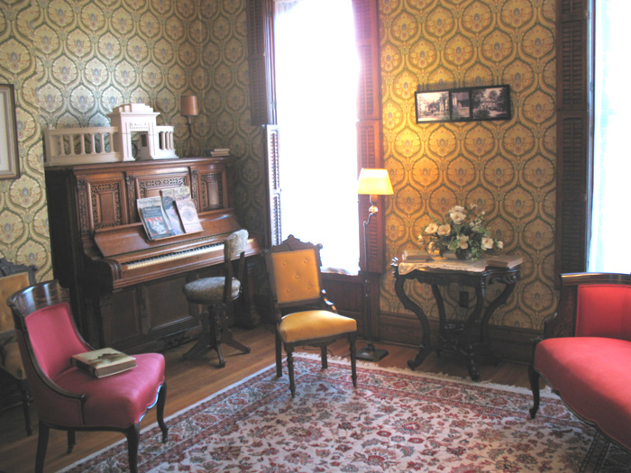 The front parlor of the Jewett House
